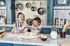 Familj matlagning, kök, mat, hem, livsstil, barn, lycka, skratt, beröm, förberedelse, royaltyfri foto