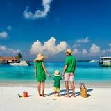 Familj med årig pojke tre på stranden arkivbilder