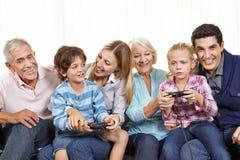 Familj med att spela för kontrollant Royaltyfri Bild