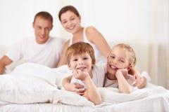 Familj med barn royaltyfri bild
