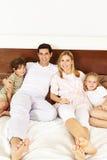 Familj med barn i sovrum Royaltyfri Foto