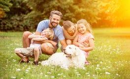 Familj med barn och hunden arkivfoto