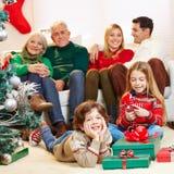 Familj med barn och morföräldrar på jul arkivbild