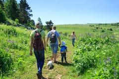 Familj med barn på en vandring arkivfoton