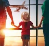 Familj med barn på flygplatsen Arkivbilder