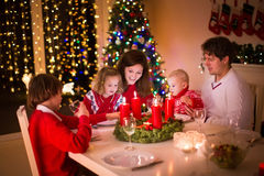 Familj med barn på julmatställen royaltyfri fotografi