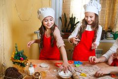 Familj med barn som förbereder kakor för Xmas i kök fotografering för bildbyråer