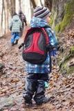 Familj med barn som fotvandrar i skog Royaltyfria Bilder
