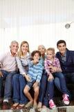 Familj med barn som håller ögonen på Smart Arkivfoton