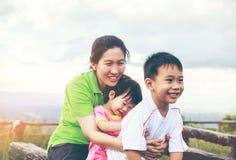 Familj med barn som har gyckel i naturbegrepp Inte gör de ser smaskiga royaltyfri foto