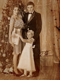 Familj med barn som klär julgranen Royaltyfria Foton