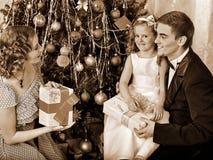 Familj med barn som klär julgranen Arkivfoton