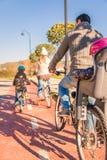 Familj med barn som rider cyklar i naturen Royaltyfria Bilder