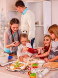 Familj med barn som rullar deg i Xmas-kök Arkivfoton