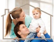 Familj med barnet och det dröm- huset Arkivfoton