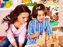 Familj med barnet som spelar tegelstenar. Arkivbilder