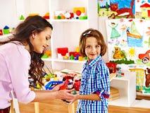 Familj med barnet som spelar tegelstenar. Royaltyfri Foto