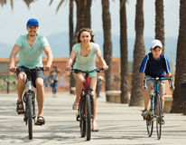 Familj med cyklar utomhus Royaltyfri Bild