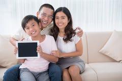 Familj med den digitala tableten Arkivbilder