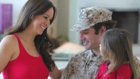 Familj med den gravida modern och den militära fadern