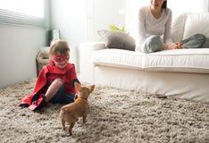 Familj med den hemmastadda hunden Arkivbild