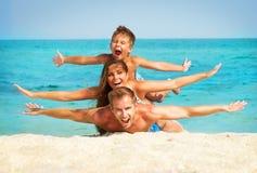 Familj med den lilla ungen på stranden Fotografering för Bildbyråer