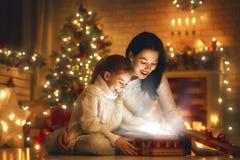 Familj med den magiska gåvaasken Arkivfoton