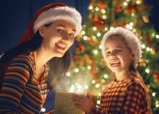 Familj med den magiska gåvaasken Arkivbilder