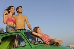 Familj med den små bilen på semester Fotografering för Bildbyråer