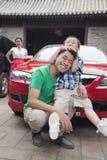 Familj med deras bil arkivbilder