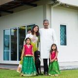 Familj med deras nya hus Arkivfoto