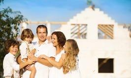 Familj med det nya huset Arkivbild