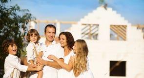 Familj med det nya huset arkivfoton