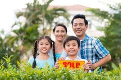 Familj med det sålda tecknet Fotografering för Bildbyråer
