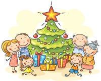 Familj med en julgran och gåvor Arkivfoton