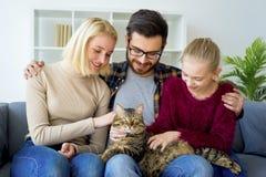 Familj med en katt arkivbild