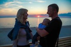 Familj med ett ungt barn på kusten av Östersjön royaltyfri bild