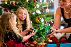 Familj med gåvor på juldag Royaltyfri Foto