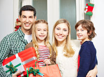 Familj med gåvor på julhelgdagsaftonen Royaltyfria Foton