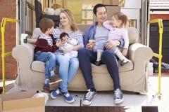 Familj med hemmet för flyttning för Sofa On Tail Lift Of borttagningslastbil arkivbild