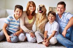 Familj med hunden Arkivfoton