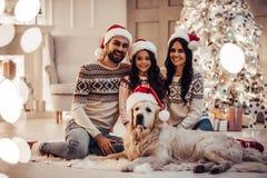 Familj med hunden på helgdagsafton för ` s för nytt år royaltyfri foto