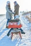 Familj med julgåvor i vinter royaltyfri fotografi