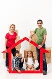 Familj med ungeköpande ett nytt hem arkivfoto