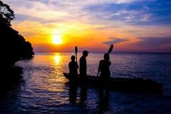 Familj med kayaking på stranden Royaltyfri Foto