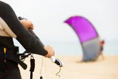 Familj med kiteboard på stranden Arkivfoton