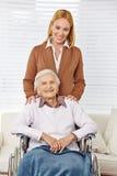 Familj med kvinnan och pensionären royaltyfria bilder
