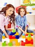Familj med leka tegelstenar för barn. Royaltyfri Foto