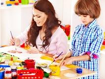 Familj med leka tegelstenar för barn. Royaltyfri Bild