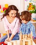 Familj med leka tegelstenar för barn. Arkivbild